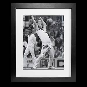 Sir Ian Botham Personally Signed photo - Highest Wicket Taker, Framed